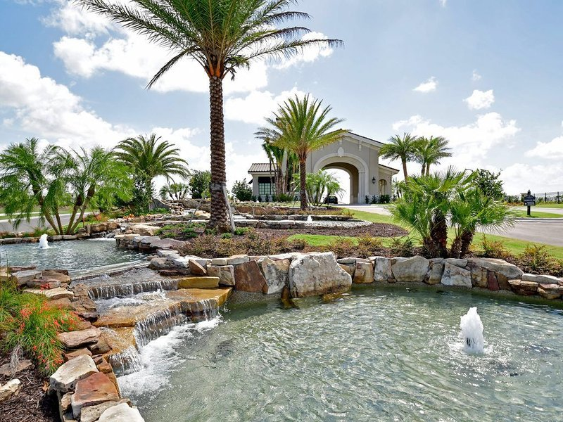 Welcome home to this new 3 bedroom lake front Coach home for rent, vacation rental in Lakewood Ranch