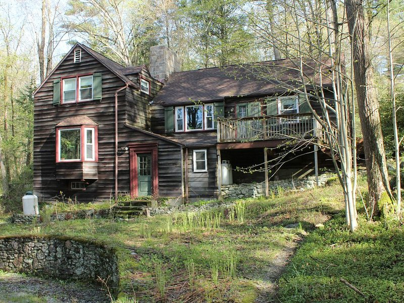 Peaceful Woodland Home in the Heart of the Berkshires, casa vacanza a Stockbridge