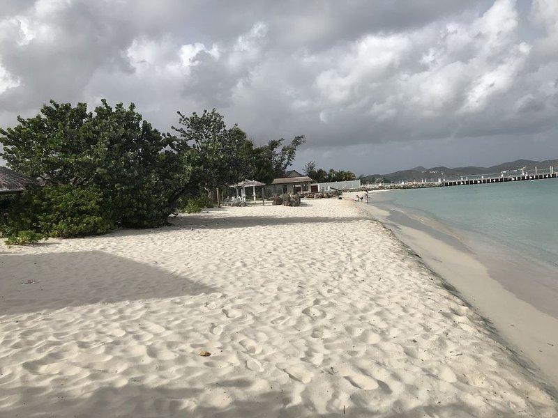 TWO BEDROOM/BATHS APARTMENT 60 YARDS FROM BEACH, alquiler de vacaciones en Saint John Parish