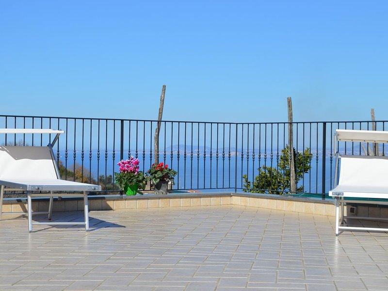 Charming Country Villa in Sorrento Coast with garden, terraces, sea view., Ferienwohnung in Massa Lubrense