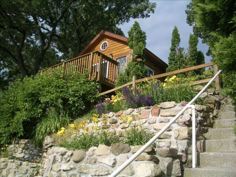 Small Cottage.... Huge  Lake Views!, alquiler de vacaciones en Madison