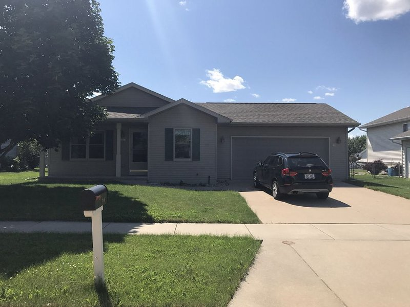Spacious Three Bedroom Home in Quiet Neighborhood, vacation rental in Oshkosh