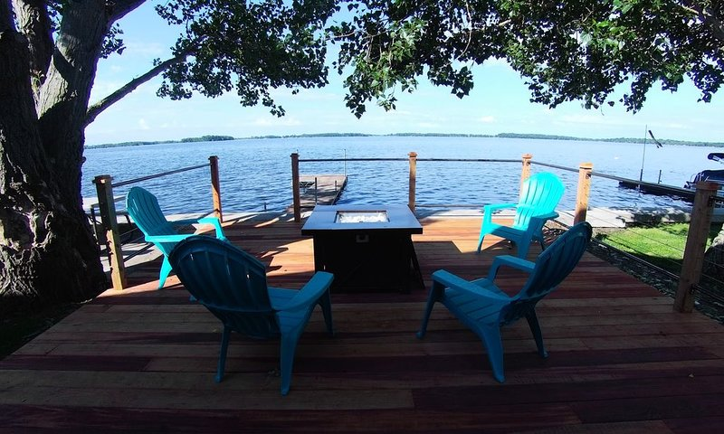 Beautifully Remodeled Lake Front Home ~ Includes Kayaks!, holiday rental in Grenville