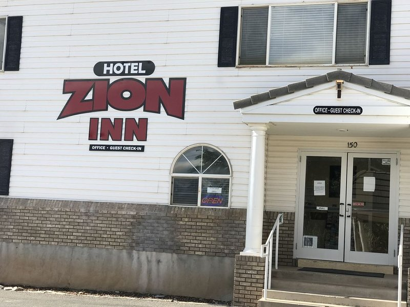 Hotel Zion Inn  Rooms with 1 King, 2 King ,2 queen Beds, Laverkin, Utah, holiday rental in Toquerville