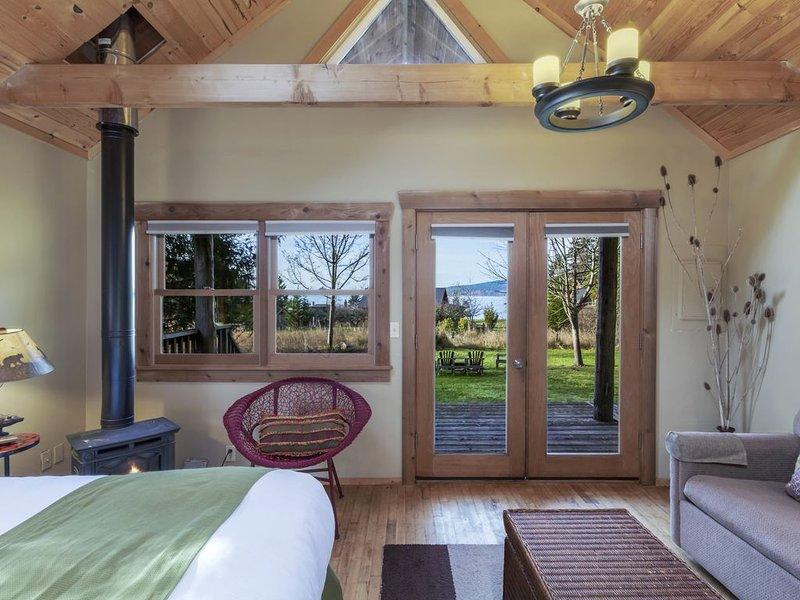 Deluxe View Cabin with Resort Amenities - 2 minute walk to stunning beach!, location de vacances à Deer Harbor