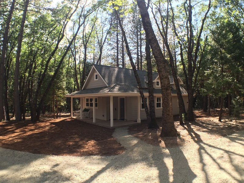 Beautiful new cottage, nestled in the woods, just 2 miles from downtown, vacation rental in Penn Valley