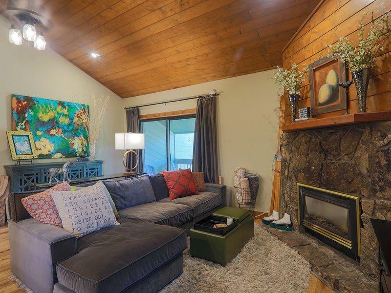 Beautiful Mountain Side Condo--Perfectly Located near Core Trail and Ski Area!, vacation rental in Oak Creek