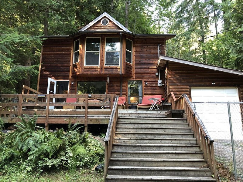 Welcome to the  Eagle's Nest, with nature scenery & Pet friendly fenced area!, holiday rental in Elbe