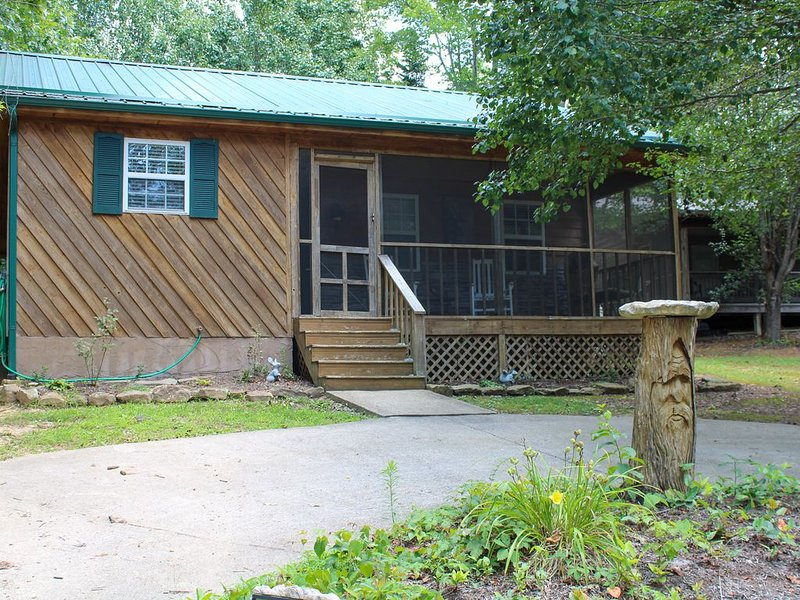 Enjoy your Perfect Getaway near Lake Cumberland! Hot Tub Included! Pet Friendly!, holiday rental in Somerset