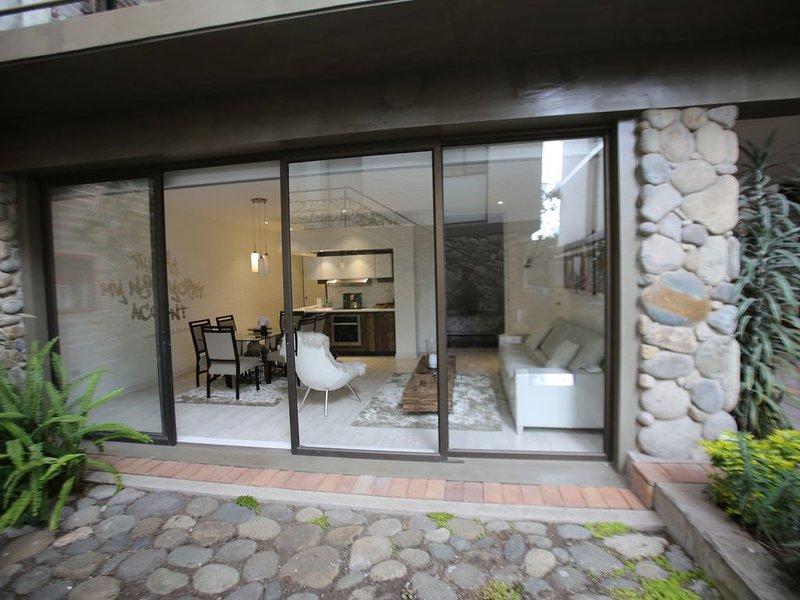 Colonial Cuenca City - Modern Condo, Ground Floor Entrance (NO STAIRS), alquiler de vacaciones en Girón