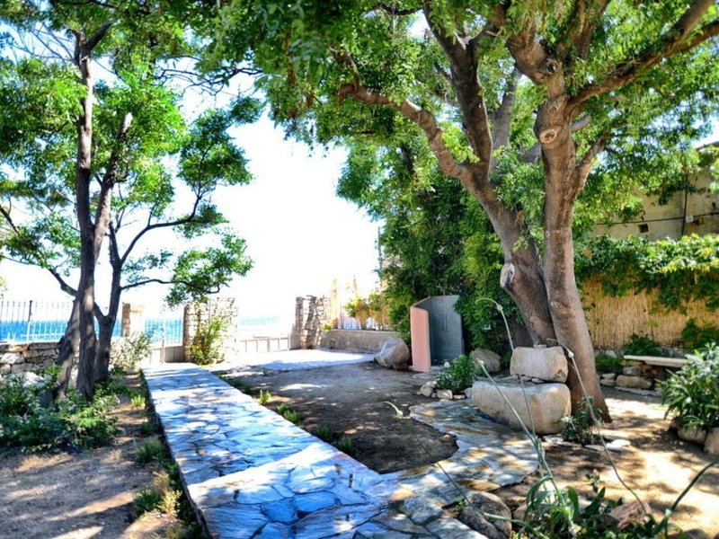 New,uniquely cozy place,waterfront garden,actual steps to crystal clear beach -, holiday rental in Evdilos