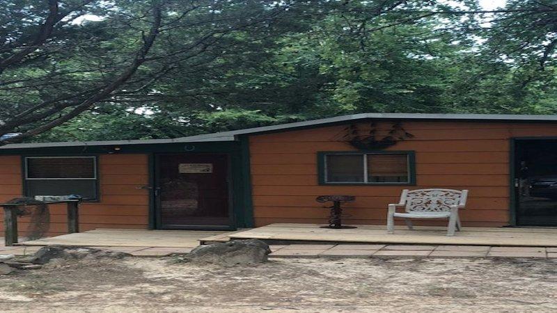 The Hideout Cabin Sleeps 4, holiday rental in Pottsboro