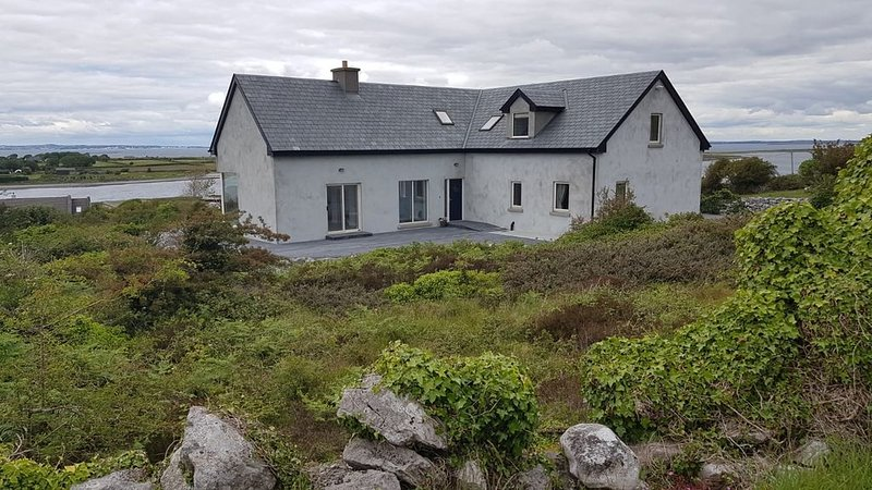 Beautiful Modern House with Spectacular Views of Galway Bay and the Burren, vacation rental in Kilchreest