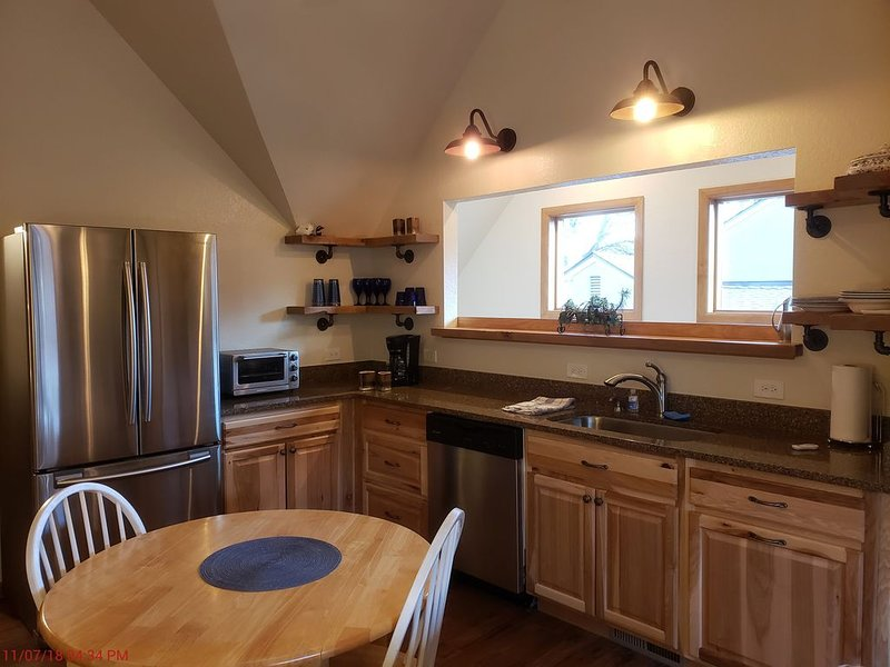 Upscale carriage house for a long relaxing vacation, family visit, or work., holiday rental in Hygiene