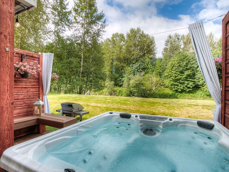 Moon River Suites 3 - on River, Private Hot Tub, Downtown by North Bend Escapes, alquiler vacacional en Fall City