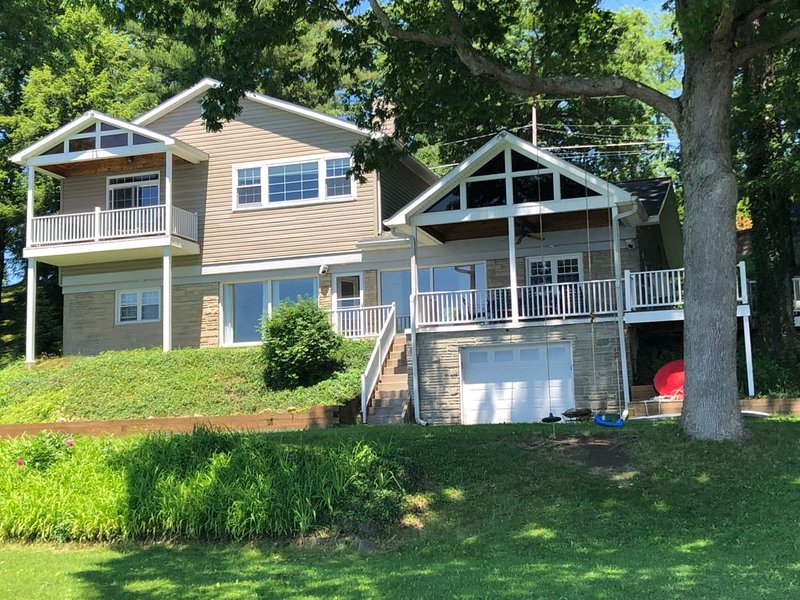 Large Lakefront family Home on Conneaut Lake, PA, holiday rental in Clarks Mills
