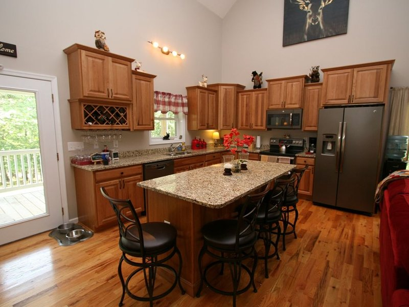Wonderful BEAR-LY CONNECTED CABIN in the woods, West Virginia!, vacation rental in Cresaptown