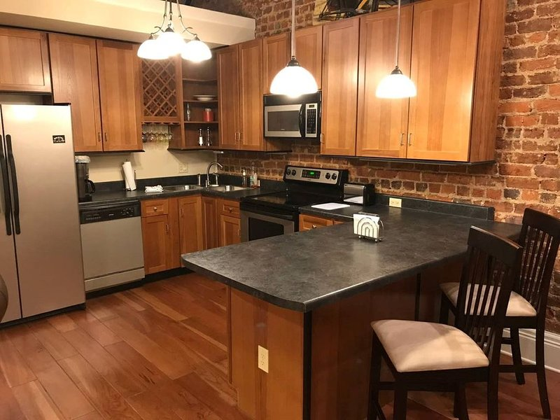 Bordertown Loft 2BR-located in the heart of Downtown Bristol!, vacation rental in Bristol