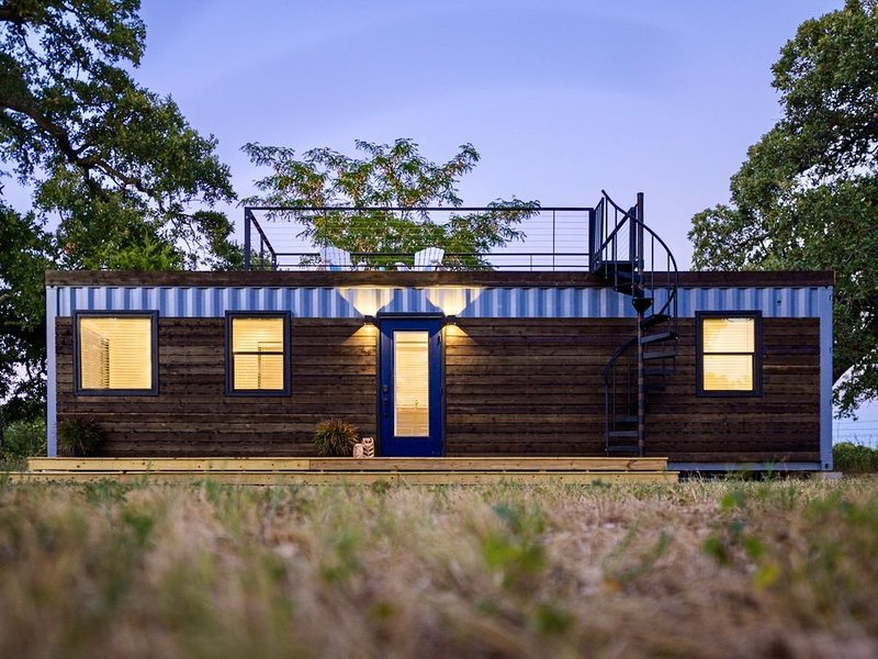 'The Shoreline' Container Tiny Home 12 min to Magnolia/Baylor, holiday rental in Waco