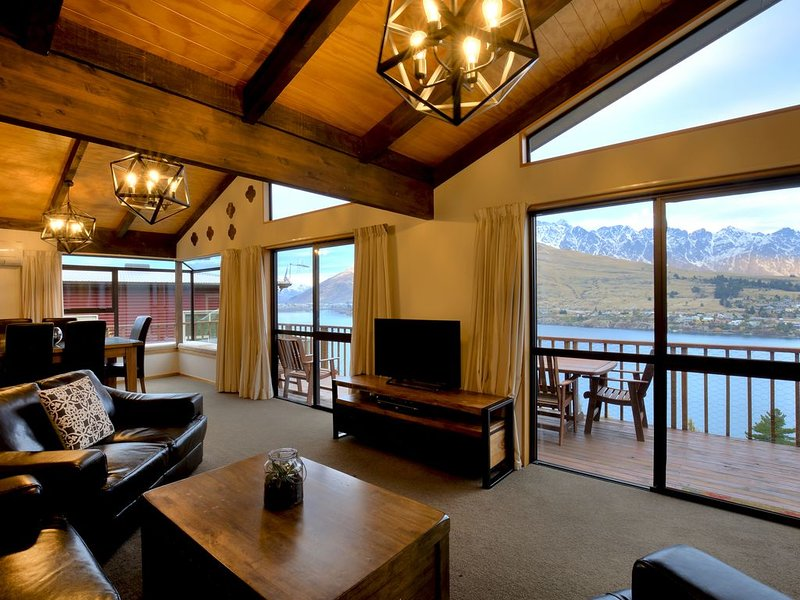 A Surprise on Sunrise! Panoramic Lake Views, vacation rental in Queenstown