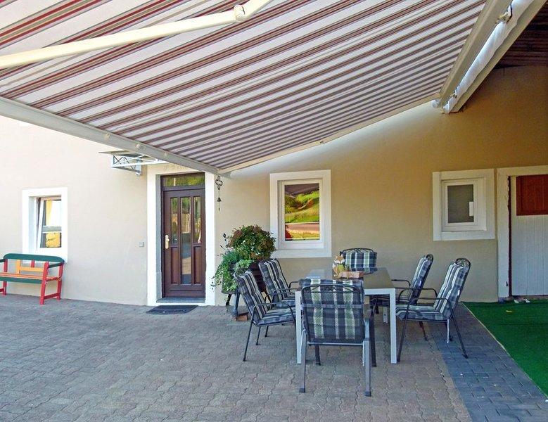 4 ****Sterne Ferienhaus zum Alleinbewohnen, holiday rental in Bitburg