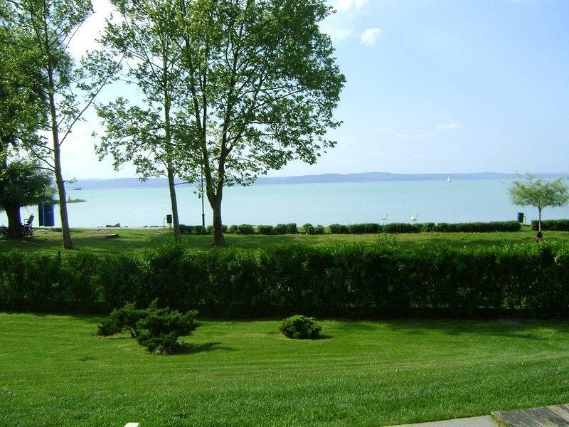 Ferienwohnung auf Erdgeschoss direkt neben See mit Wellness & Klima & frei WIFI, aluguéis de temporada em Siofok