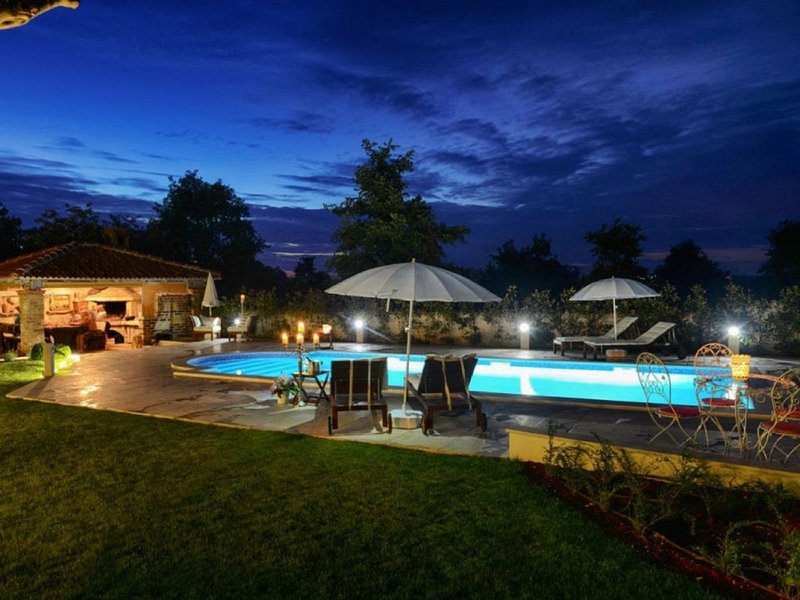Traumhafte Villa für 12 Personen nahe zum Meer 6 Schlafzimmer, vacation rental in Porec