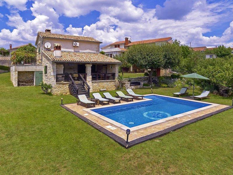 Ferienhaus Stara Hiža * weitläufiges Grundstück, privater Pool, WLAN, holiday rental in Kringa