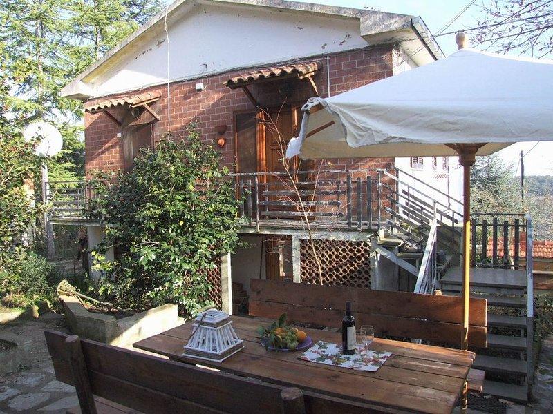 Ruhig gelegene Ferienwohnung mit Garten und Terrasse, holiday rental in Sassetta