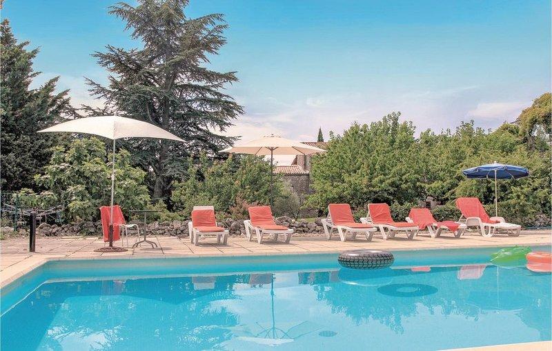 4 Zimmer Unterkunft in La Bastide de Virac, holiday rental in Saint-Remeze