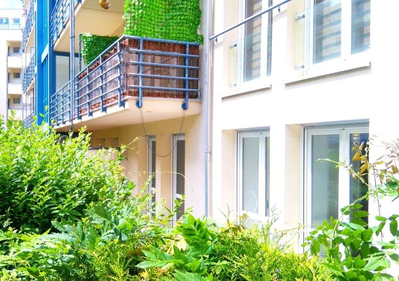 Sonnige Terrassenwohnung im Zentrum mit Tiefgaragenstellplatz, holiday rental in Leipzig