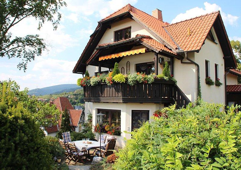 Komfortable Ferienwohnung mit Panoramablick auf die Berge und in die Landschaft, aluguéis de temporada em Steinheid