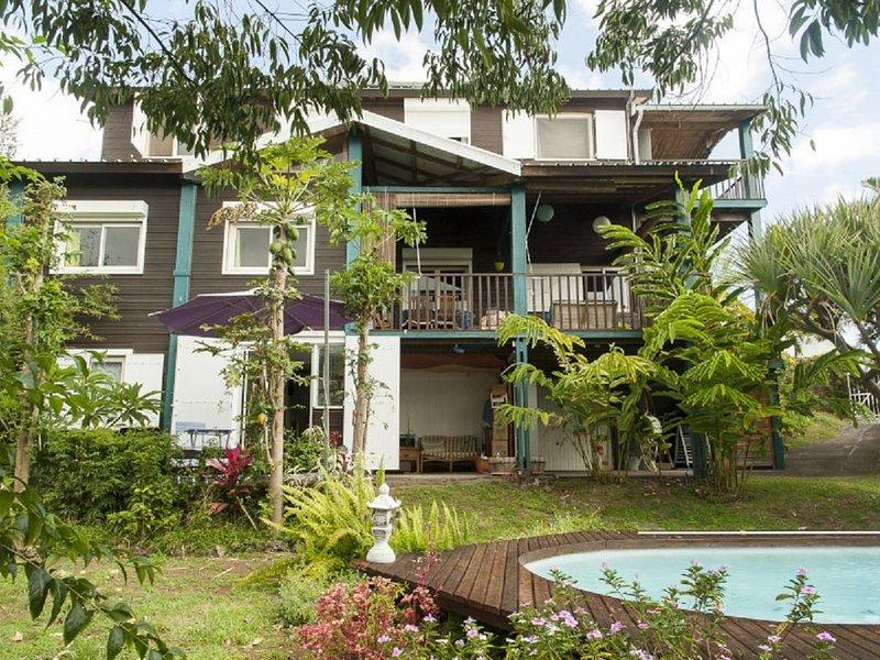 loue un studio en rez de jardin avec terrasse donnant sur la piscine, alquiler vacacional en Ravine des Cabris
