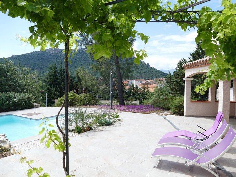 Villa avec piscine privée et vues panoramiques sur les montagnes et le village, holiday rental in Maury