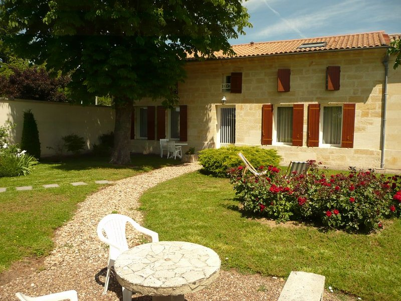 Maison D'hôtes à 9km de Saint EMILION, vacation rental in Saint-Etienne-De-Lisse