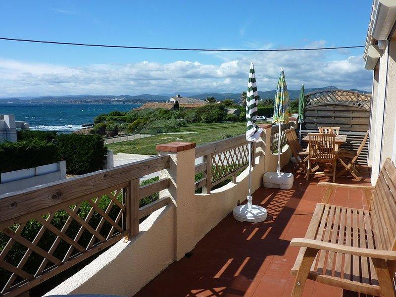 Spacieux haut de villa à 20m de la mer, 200m d'une plage de sable, large vue mer, holiday rental in Ile des Embiez