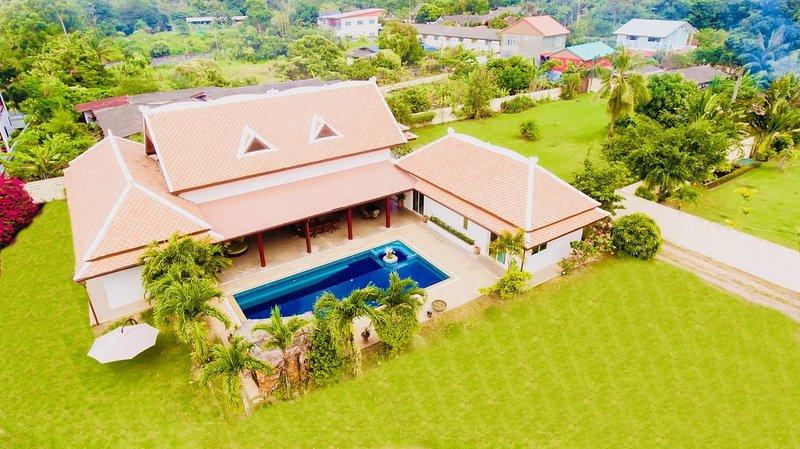 4/5 BDR Balinese Luxury Villa Pool & Jacuzzi, aluguéis de temporada em Nong Prue