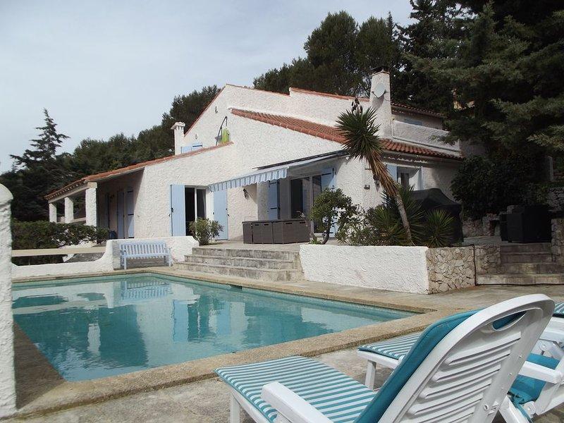 CASSIS 6 kms - Spendide villa provencale, piscine L 23 m, 10 mn des plages, holiday rental in Carnoux-en-Provence