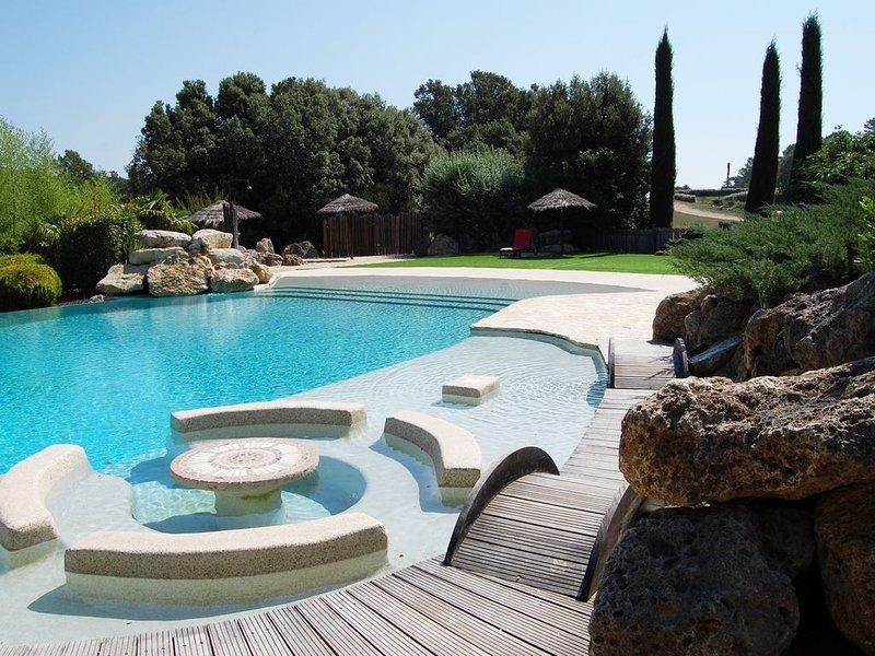Villa à louer sur magnifique domaine du Var. Piscine à débordement et Mini Golf, aluguéis de temporada em Chateaudouble