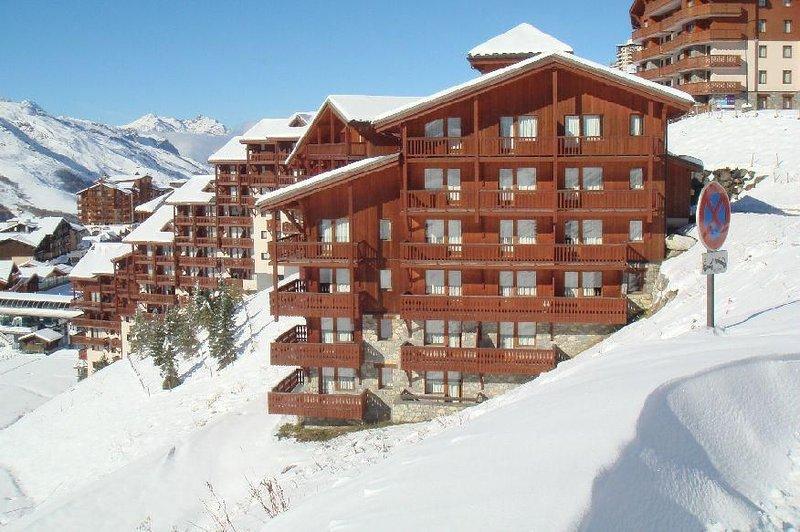 À 10m des pistes de ski, 5ème étage, vue montagne, balcon, télévision, casier à, holiday rental in Les Menuires