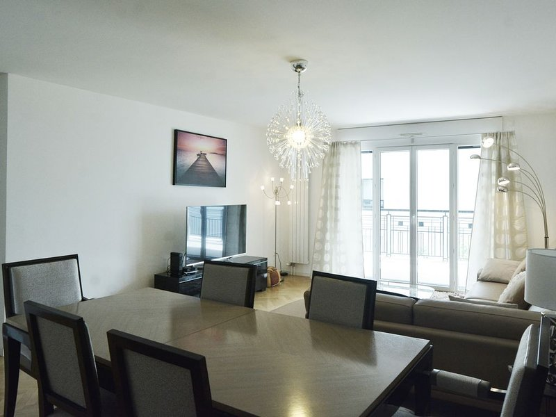 Spacious Flat to Suresnes#3 bedrooms, holiday rental in Puteaux