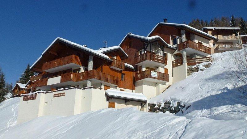 À 150m des pistes de ski, 2ème étage, vue vallée, balcon, parking, télévision, c, holiday rental in Landry