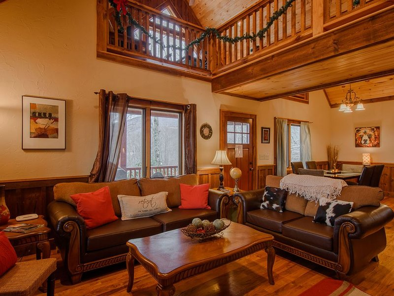Timber Style Cabin, Big Views, Hot Tub, Foosball, Pool Table, Granite Counters,, holiday rental in Zionville