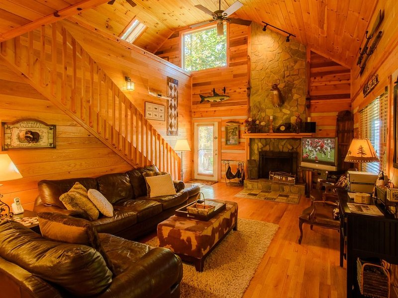 3BR, Hot Tub, Fire Pit, Vaulted Ceiling, Stone Fireplace, Close to Tweetsie, Val, holiday rental in Boone