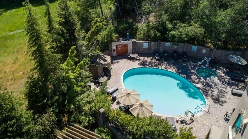 Ultimate Santa Cruz Getaway! 3 Units for 12 Guests, Pool, Close to Golf, Beach, alquiler de vacaciones en Ben Lomond