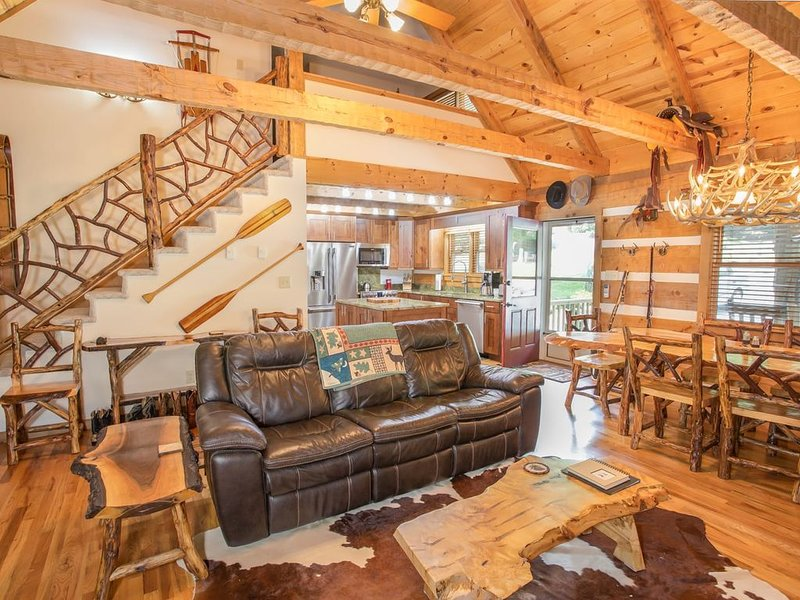 3BR Cabin, Lake/Pond Access, Hot Tub, Pool Table, King Suite, Pet Friendly, holiday rental in Seven Devils