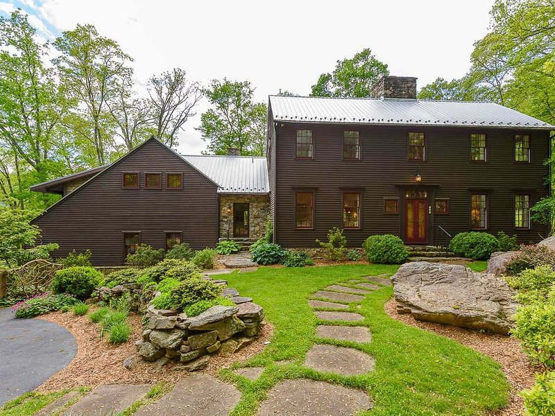 6BR Mtn Estate on 6 Acres, Views, Hot Tub, Creek, Fitness Facility, Game Tables!, vakantiewoning in Valle Crucis