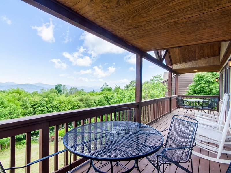 Mtn Home, Sits above Ski Slopes, Big Views, Hot Tub, King Suite, 3 mi from Blowi, holiday rental in Seven Devils