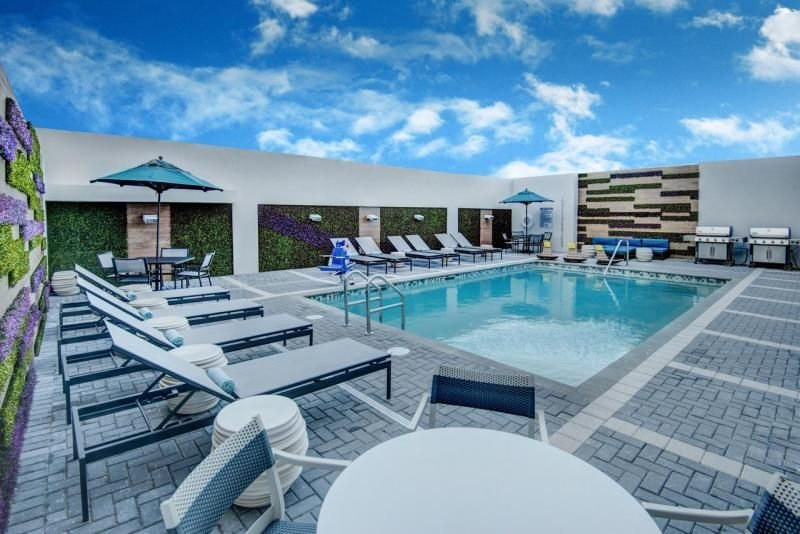Friends and Family Group Getaway! Three Modern Studios for 12 Guests, Pool, BBQ, alquiler vacacional en Hialeah