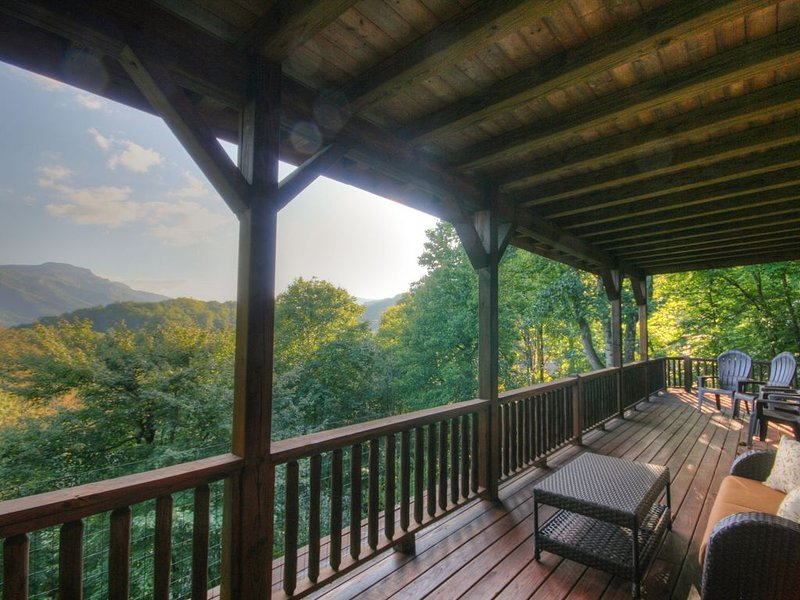 4BR, Grandfather Views, Hot Tub, Pool Table, Close to Boone, Banner Elk, Ski Sug, holiday rental in Seven Devils